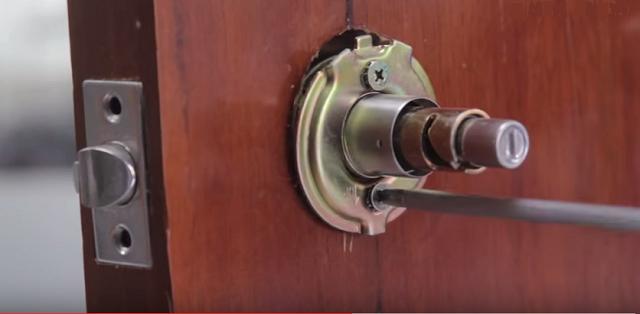 Lắp phần thân khóa vào đấu cửa