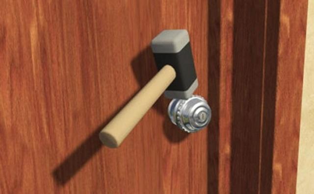 Phá ổ khóa bằng búa